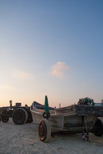 夕阳下沙滩上的小渔船