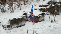 雪地里的旗子图片