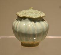 窑青白釉瓜楞形带盖瓷罐