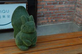 桌子上的草制松鼠