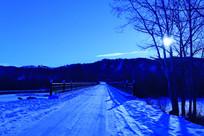 月光下的山林雪路