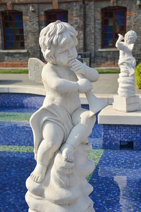 雕像吹喇叭的小天使