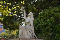 雕像放飞鸽子的女孩
