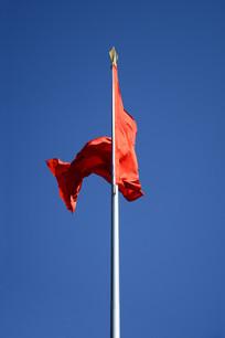 蓝天红旗飘扬