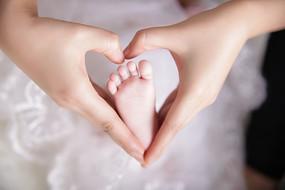 妈妈的手和宝贝的小脚
