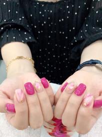 粉红色指甲的手