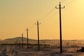 夕阳下的电线杆