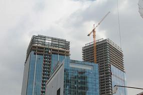 在建的玻璃幕墙大楼