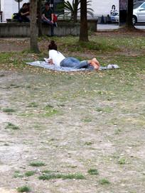 草坪上看书的女孩