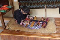 海南槟榔谷百岁老人织布场景