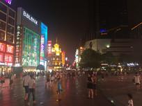 喧闹的城市夜景图片