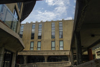仰望老式建筑