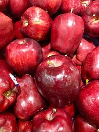 一堆花牛苹果
