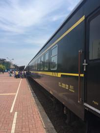 等待上火车的旅客图片