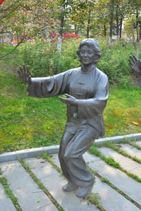 雕像练太极的老妇人