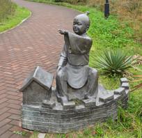 雕像土堆城墙的男童