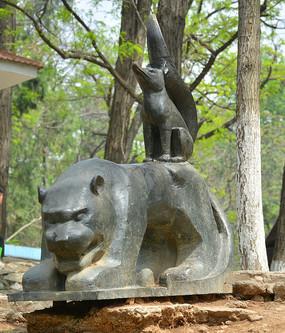 雕像寓言故事狐假虎威