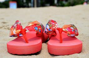 海边沙滩上的红色拖鞋