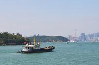 航行中的小渔船