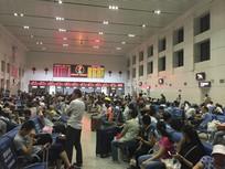 火车站火车室喧闹的人群图片