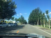 蓝天白云城市郊区公路图片
