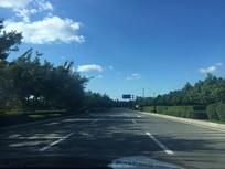 蓝天白云下的公路美景图片