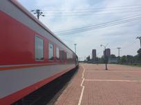 蓝天白云下的红色火车图片