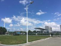 蓝天白云下的路灯特写图片