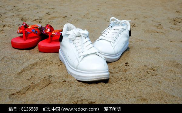 沙滩上两双鞋子图片