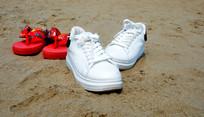 沙滩上两双鞋子