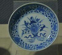 文物青花束莲纹瓷盘