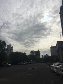 乌云下的停车场一角