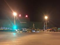 夜色下的阜新火车站前广场