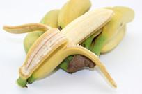 白色背景剥开的香蕉