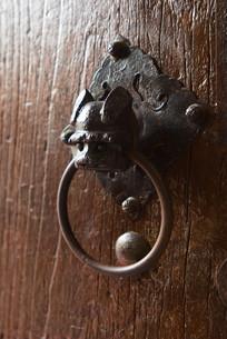 传统木门上的铺首衔环