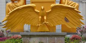 雕塑展翅老鹰