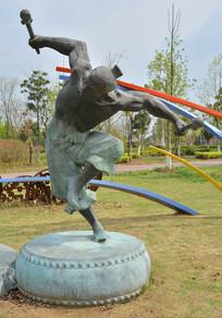 雕像大鼓上舞蹈的古代男子
