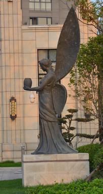 雕像带翅膀的女子