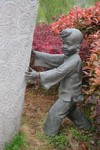 雕像捉迷藏的男童