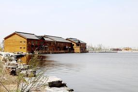 湖边的木结构建筑