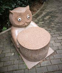 抱着树桩的石雕猫头鹰