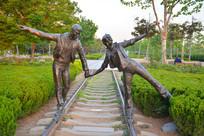 雕像铁轨上的恋人