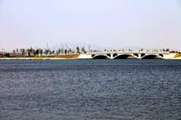 湖边的小桥及景色