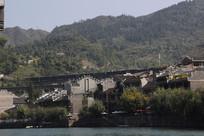 火车穿过的镇远