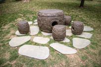 蝙蝠图案的石雕桌凳