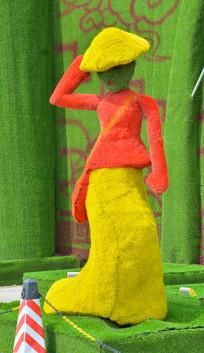 园林造景摆姿势的女子
