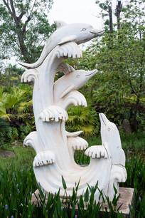 跃起浪花的海豚石雕