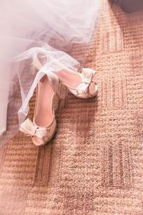 婚纱下的高跟鞋