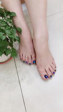 蓝紫色的指甲