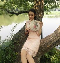 美女穿旗袍在西湖倚树小憩